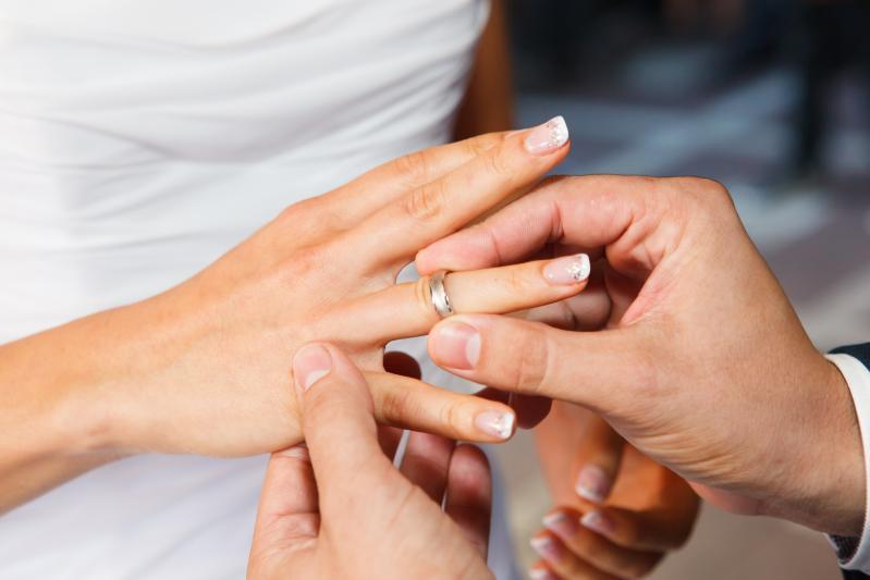 Pregnant Woman Dreams of Wearing A Ring-Dreams Interpretation